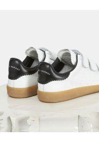 ISABEL MARANT - Białe sneakersy ze skóry Beth. Zapięcie: rzepy. Kolor: biały. Materiał: skóra. Szerokość cholewki: normalna. Wzór: paski. Obcas: na koturnie