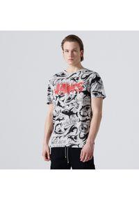 Cropp - Koszulka z nadrukiem all over Jaws - Jasny szary. Kolor: szary. Wzór: nadruk