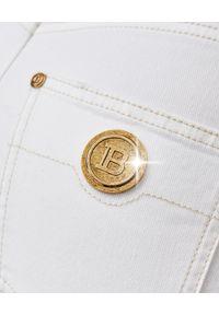 Balmain - BALMAIN - Białe spodnie z wysokim stanem. Stan: podwyższony. Kolor: biały. Wzór: aplikacja. Styl: klasyczny, elegancki