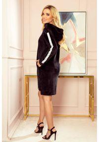 Numoco - Ciepła długa sukienka bluza z kapturem i kieszeniami. Typ kołnierza: kaptur. Materiał: welur, elastan. Długość: maxi