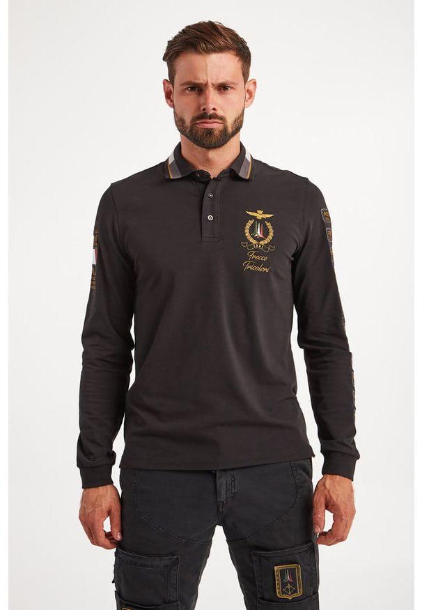 Koszulka polo z długim rękawem Aeronautica Militare. Typ kołnierza: polo. Kolor: czarny. Materiał: bawełna, elastan. Długość rękawa: długi rękaw. Długość: długie. Wzór: napisy, aplikacja