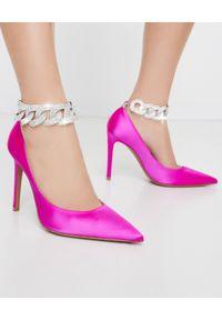 ALEXANDRE VAUTHIER - Różowe szpilki Elsa z kryształowym łańcuchem. Kolor: różowy, fioletowy, wielokolorowy. Materiał: satyna, materiał. Wzór: jednolity. Obcas: na szpilce