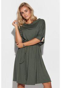Makadamia - Oversizowa Sukienka z Wiązanym Paskiem - Khaki. Kolor: brązowy. Materiał: wiskoza, elastan
