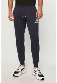 Niebieskie spodnie dresowe New Balance z nadrukiem