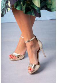 Casu - Złote sandały szpilki z zakrytą piętą i paskiem wokół kostki casu 1590/1/9. Zapięcie: pasek. Kolor: złoty. Obcas: na szpilce