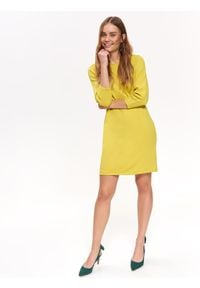 TOP SECRET - Dzianinowa sukienka z ozdobnymi rękawami. Okazja: na co dzień. Kolor: żółty. Materiał: dzianina. Wzór: gładki. Sezon: zima, jesień. Typ sukienki: proste. Styl: casual
