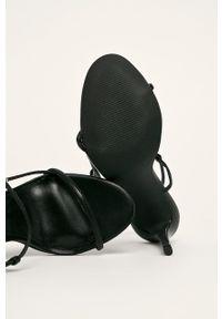 Czarne sandały Steve Madden na klamry, na średnim obcasie