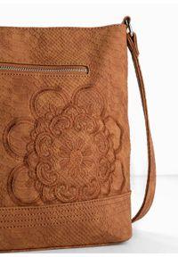 Torebka na ramię bonprix koniakowy. Kolor: brązowy. Wzór: kwiaty. Materiał: skórzane. Rodzaj torebki: na ramię