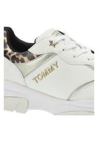 Sneakersy TOMMY HILFIGER T3A4-31173-1242X048 White/Platinum X048. Materiał: skóra ekologiczna, materiał. Szerokość cholewki: normalna. Wzór: motyw zwierzęcy. Obcas: na obcasie. Wysokość obcasa: niski