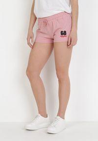 Born2be - Różowe Szorty Dresowe Qheseli. Kolor: różowy. Materiał: dresówka. Długość: krótkie. Wzór: napisy, haft, aplikacja