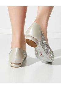 RENE CAOVILLA - Baleriny z kryształkami Cinderella. Nosek buta: okrągły. Kolor: szary. Materiał: koronka. Wzór: koronka, aplikacja. Obcas: na obcasie. Wysokość obcasa: średni #6