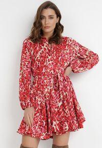 Born2be - Czerwona Sukienka Palile. Kolor: czerwony. Materiał: tkanina, materiał. Wzór: motyw zwierzęcy, aplikacja. Typ sukienki: koszulowe. Długość: mini