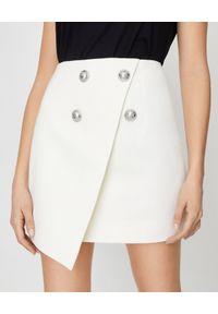 Balmain - BALMAIN - Biała spódnica mini z guzikami. Stan: podwyższony. Kolor: biały. Materiał: materiał. Długość: długie. Wzór: aplikacja
