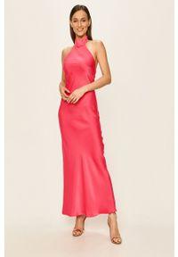 Glamorous - Sukienka. Kolor: różowy. Materiał: satyna, materiał. Wzór: ze splotem. Typ sukienki: dopasowane
