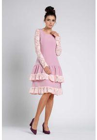 Nommo - Jasnoróżowa Wizytowa Sukienka z Obniżonym Stanem z Koronką. Kolor: różowy. Materiał: koronka. Wzór: koronka. Styl: wizytowy