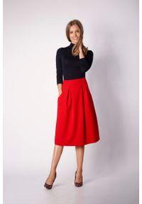 Nommo - Czerwona Trapezowa Spódnica z Głębokimi Zakładkami. Kolor: czerwony. Materiał: wiskoza, poliester