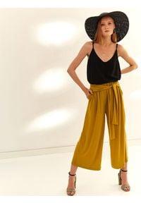 TOP SECRET - Szerokie spodnie z wiązaniem w pasie. Okazja: na co dzień. Kolor: żółty. Materiał: materiał. Sezon: jesień. Styl: casual
