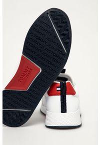 Niebieskie sneakersy Tommy Jeans na niskim obcasie, z okrągłym noskiem, na sznurówki