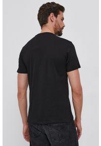 Guess - T-shirt bawełniany. Okazja: na co dzień. Kolor: czarny. Materiał: bawełna. Wzór: nadruk. Styl: casual