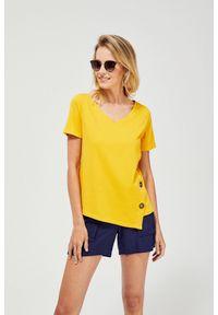 Żółta bluzka MOODO krótka, klasyczna, z asymetrycznym kołnierzem