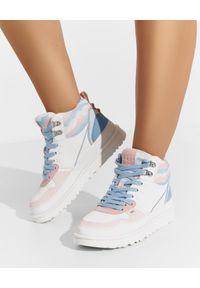 Ugg - UGG - Białe sneakersy Highland. Kolor: biały. Materiał: guma. Wzór: kolorowy, aplikacja. Sezon: lato, wiosna