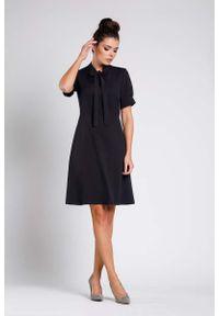 Nommo - Czarna Rozkloszowana Wizytowa Sukienka z Wiązaniem przy Dekolcie. Kolor: czarny. Materiał: wiskoza, poliester. Styl: wizytowy