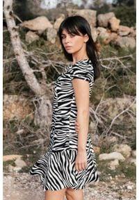 MOE - Biało Czarna Mini Sukienka na Zakładkę w Zwierzęcy Print. Kolor: biały, czarny, wielokolorowy. Materiał: wiskoza. Wzór: motyw zwierzęcy, nadruk. Długość: mini