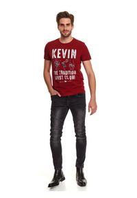 TOP SECRET - T-shirt z nadrukiem świątecznym. Kolor: czerwony. Materiał: bawełna. Długość rękawa: krótki rękaw. Długość: krótkie. Wzór: nadruk. Sezon: zima. Styl: wizytowy