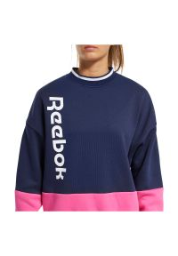Bluza damska Reebok Training Essentials Logo FU2194. Materiał: bawełna, polar, poliester. Wzór: napisy. Sport: fitness