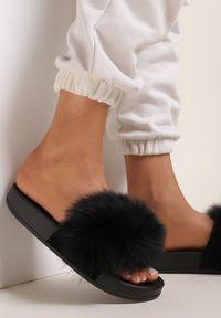 Renee - Czarne Klapki Phrilia. Nosek buta: otwarty. Kolor: czarny. Materiał: jeans, koronka, futro, guma. Wzór: koronka, aplikacja. Sezon: lato