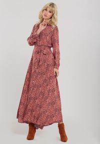 Renee - Różowa Sukienka Gillieston. Typ kołnierza: kokarda. Kolor: różowy. Materiał: materiał. Długość rękawa: długi rękaw. Wzór: aplikacja. Typ sukienki: koszulowe. Długość: maxi