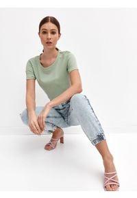 TOP SECRET - Gładki t-shirt z okrągłym dekoltem. Kolor: zielony. Materiał: tkanina, jeans. Długość rękawa: krótki rękaw. Długość: krótkie. Wzór: gładki. Sezon: lato