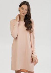 Born2be - Łososiowa Sukienka Gacharis. Kolor: różowy. Materiał: dzianina. Długość rękawa: długi rękaw. Wzór: jednolity. Typ sukienki: asymetryczne. Długość: mini