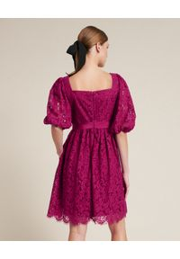 Luisa Spagnoli - LUISA SPAGNOLI - Koronkowa sukienka Parigino. Typ kołnierza: dekolt kwadratowy. Kolor: różowy, wielokolorowy, fioletowy. Materiał: koronka. Styl: elegancki. Długość: mini