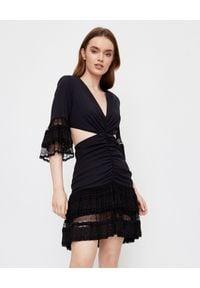 ICON - Czarna sukienka z koronki La Bambola Mini. Typ kołnierza: dekolt w kształcie V. Kolor: czarny. Materiał: koronka. Wzór: koronka. Typ sukienki: dopasowane, rozkloszowane. Długość: mini