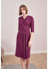 Marie Zélie - Sukienka Filomena śliwkowa. Typ kołnierza: dekolt kopertowy. Kolekcja: moda ciążowa. Materiał: bawełna, dzianina, materiał, elastan, tkanina, skóra. Typ sukienki: proste, kopertowe. Styl: klasyczny, młodzieżowy