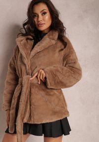 Renee - Brązowa Kurtka Dorima. Kolor: brązowy. Materiał: skóra, futro, poliester. Sezon: jesień, zima. Styl: elegancki