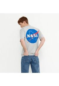 House - Koszulka z nadrukiem NASA - Szary. Kolor: szary. Wzór: nadruk