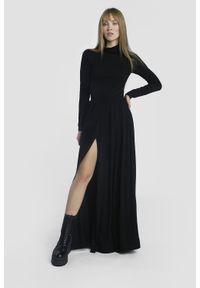 Madnezz - Sukienka Storm - czarna. Typ kołnierza: golf. Kolor: czarny. Materiał: wiskoza. Typ sukienki: proste, dopasowane