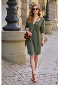 Makadamia - Dresowa Sukienka z Ozdobną Taśmą - Khaki. Kolor: brązowy. Materiał: dresówka