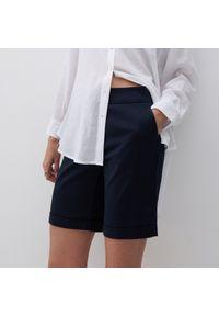Reserved - Gładkie szorty - Granatowy. Kolor: niebieski. Wzór: gładki