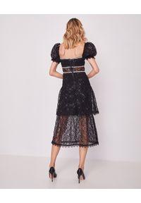 SELF PORTRAIT - Koronkowa sukienka z cekinami. Okazja: na sylwestra. Typ kołnierza: dekolt kwadratowy. Kolor: czarny. Materiał: koronka. Wzór: koronka, aplikacja. Długość: midi #5