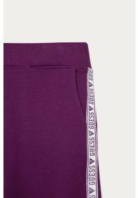 Fioletowe spodnie dresowe Guess Jeans z aplikacjami