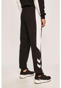 Czarne spodnie dresowe Hummel z nadrukiem