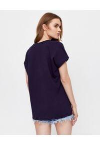 Balmain - BALMAIN - Granatowy t-shirt o luźnym kroju. Kolor: niebieski. Materiał: bawełna. Wzór: haft. Styl: sportowy, klasyczny