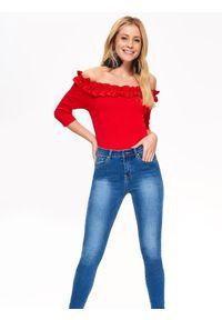 Czerwona bluzka TOP SECRET w kolorowe wzory, z dekoltem typu hiszpanka, elegancka, na zimę