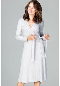 Lenitif - Dzianinowa kopertowa sukienka midi z wiązaniem szara. Okazja: na co dzień, do pracy. Kolor: szary. Materiał: dzianina. Wzór: prążki. Typ sukienki: kopertowe. Styl: casual. Długość: midi