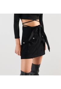 Sinsay - Spódnica jeansowa - Czarny. Kolor: czarny. Materiał: jeans