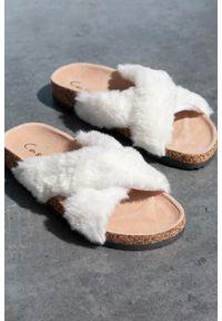 Casu - Białe klapki z futerkiem ze skórzaną wkładką i profilowaną korkową podeszwą casu h20x2/w. Kolor: biały. Materiał: skóra, futro