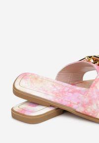 Renee - Różowe Tie Dye Klapki Athizophis. Kolor: różowy. Wzór: aplikacja. Obcas: na obcasie. Wysokość obcasa: niski